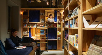 Bed and book slapen in een boekenkast in Japan