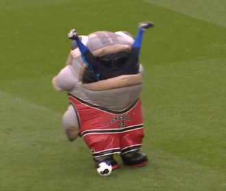 Vismascotte Mackerel Jordan eet de keeperstrainer van Derby County op